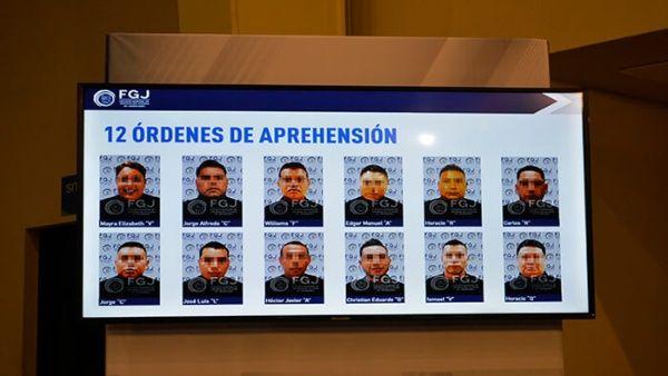 12 policías