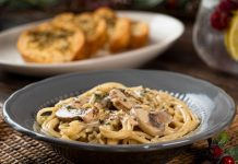 Espagueti con salsa de champiñones y queso