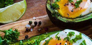 Aguacates rellenos de huevo