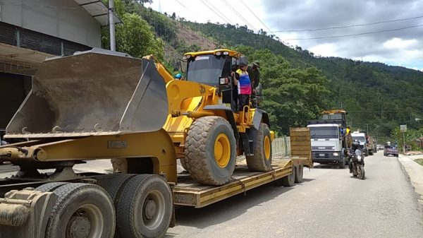 Maquinaria pesada recupera vialidad en Mérida